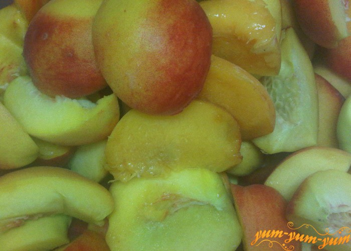 Персики моем и отделяем косточки