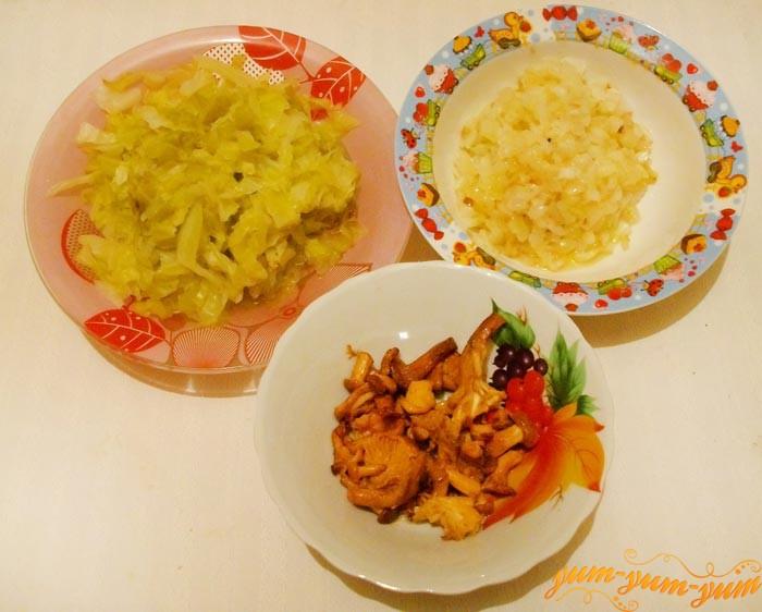 Подготавливаем капусту, грибы и лук