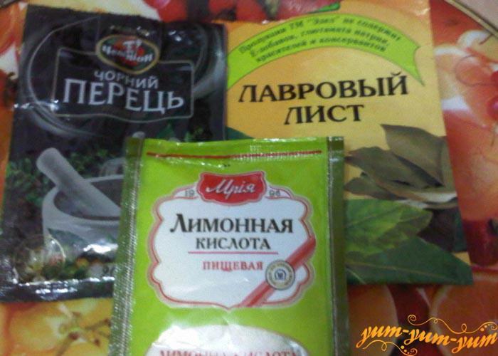 Подготовим черный перец, лимонную кислоту и лавровый лист