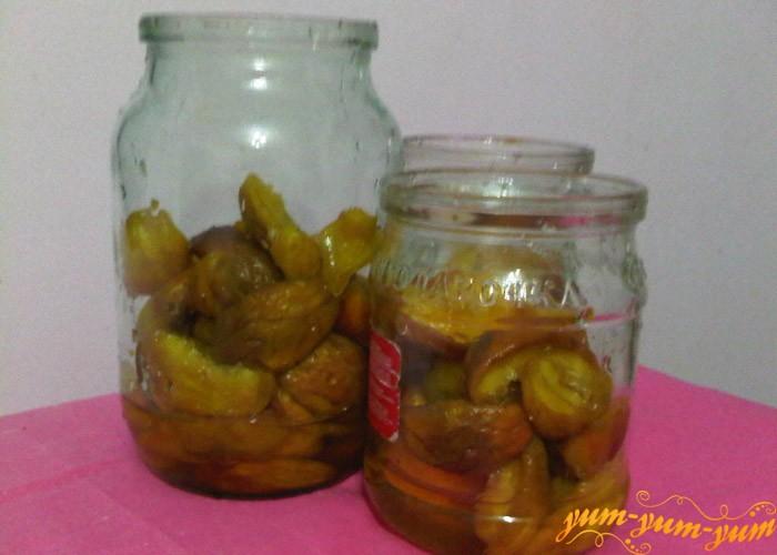 Подготовленные персики выкладываем в банки