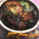Приготовление жаркого в горшках с мясом и картофелем