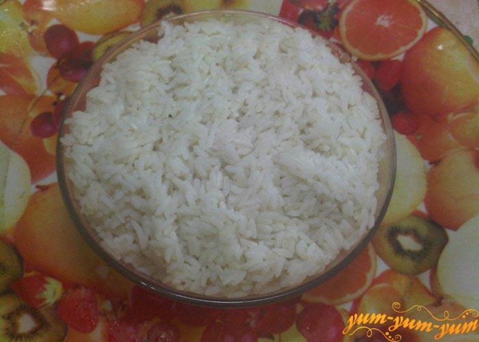 Слегка охлаждаем вареный рис