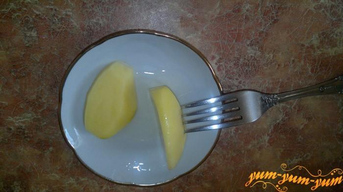 Смазываем сковороду чтобы блины не прилипали к ней