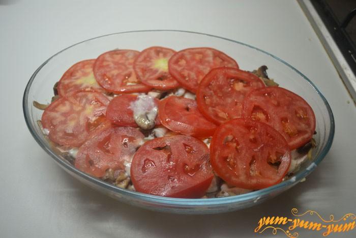 Сверху на соус кладем помидоры