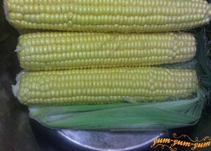 Укладываем кукурузу в кастрюлю сверху листьев