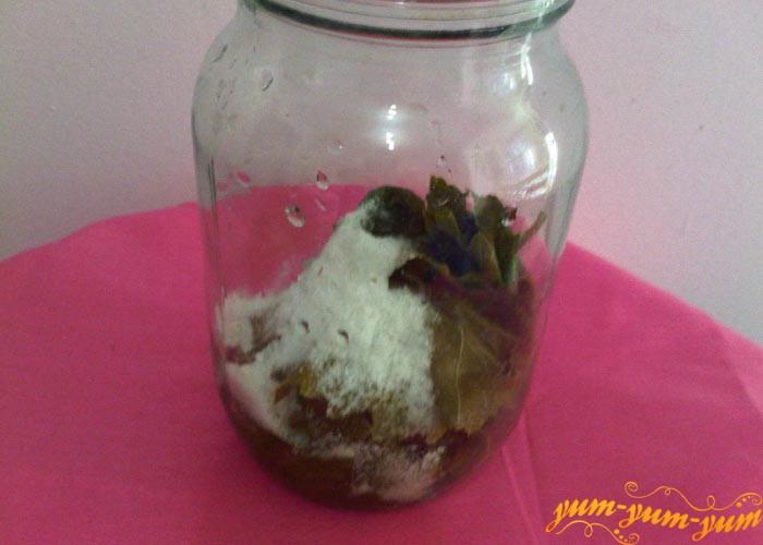 Укладываем листья винограда в банки и присыпаем солью