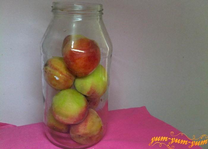 Укладываем персики в банки