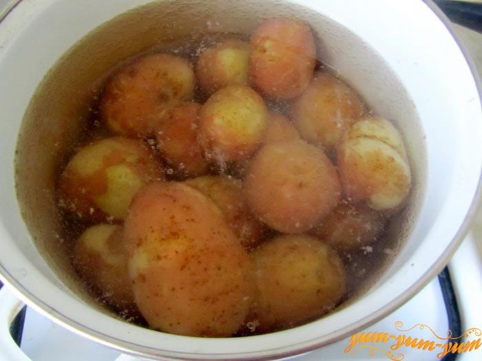 Варим и нарезаем картофель для салата