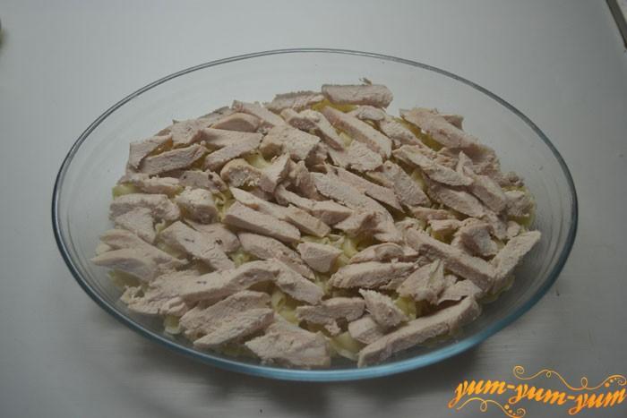 Выкладываем куриное филе b обжаренные шампиньоны