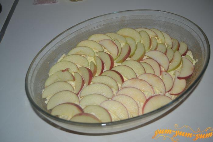 Выкладываем яблоки на творог