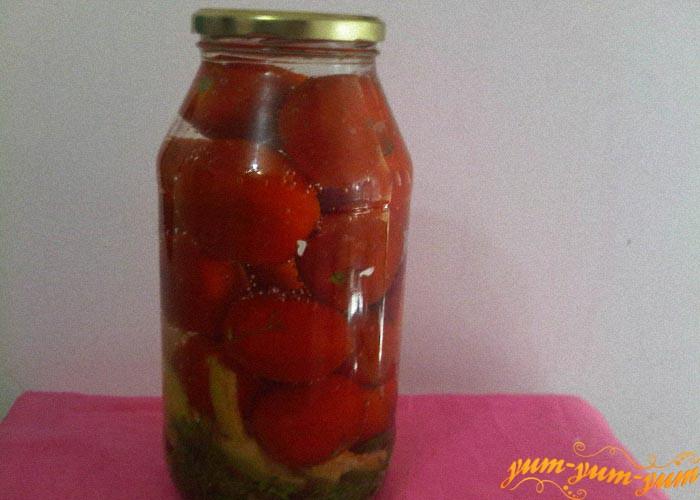 Заливаем помидоры холодным маринадом и закрываем