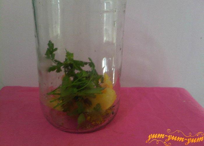 Зелень и перец укладываем на дно банок