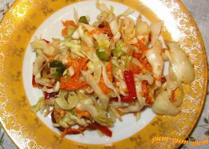 Даем салату 'Витаминный' из свежей белокочанной капусты настояться и подаем к столу