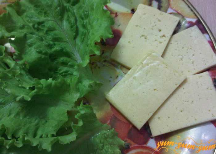 Для начинки режем сыр и готовим листья салата