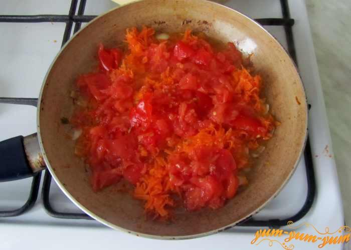 Добавляем морковь и помидоры в сковороду к луку