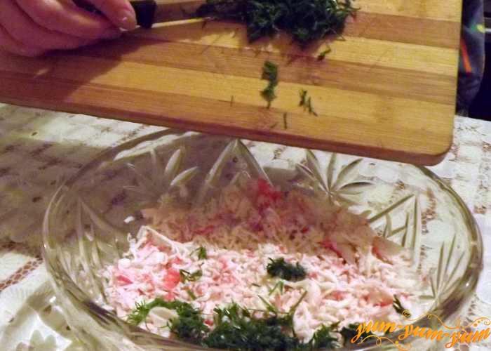 Добавляем в салат измельченный укроп