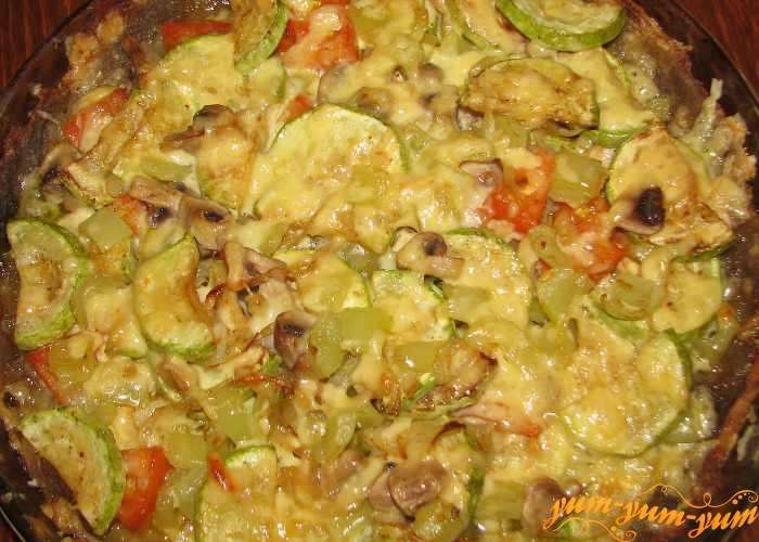 Готовый пирог из картофельного теста с сыром и грибами подаем к столу