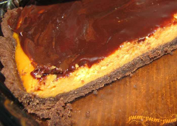 Готовый шоколадный чизкейк с тыквенным суфле подаем к столу