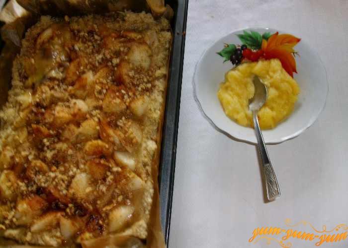 Из муки и масла готовим заливку для пирога