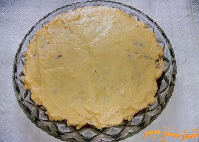 Из желтков и сахара готовим крем для коржей