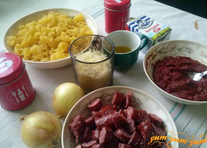 Макароны, сыр, колбаски и томат для приготовления