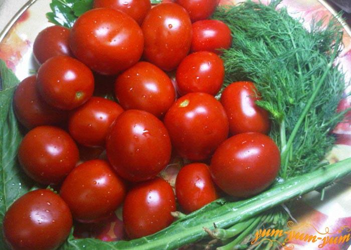 Моем помидоры и зелень
