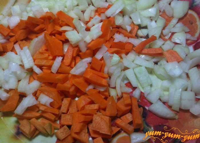 Морковь и лук для икры нарезаем мелко