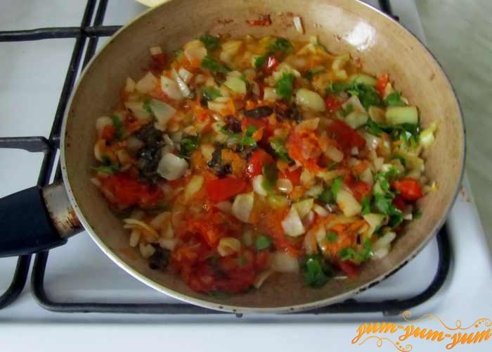Морковь, лук и чеснок обжариваем для супа