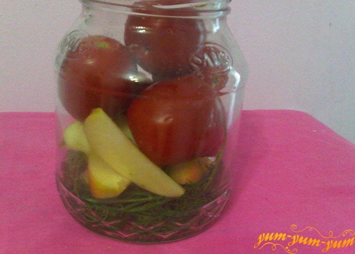 Наполняем банки помидорами и яблоками