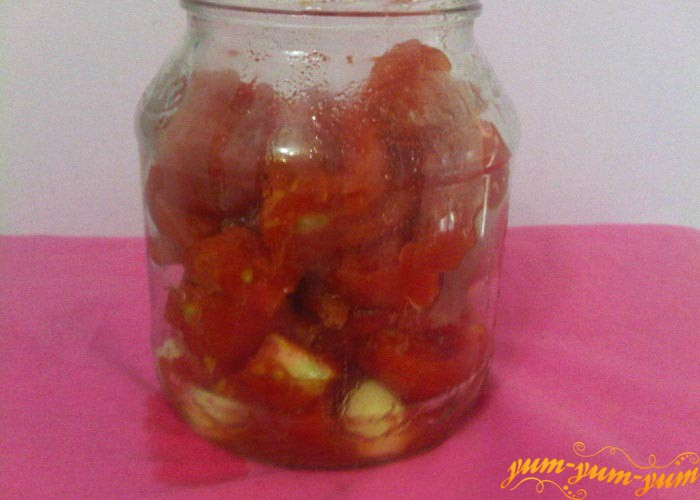Наполняем банки резаными помидорами