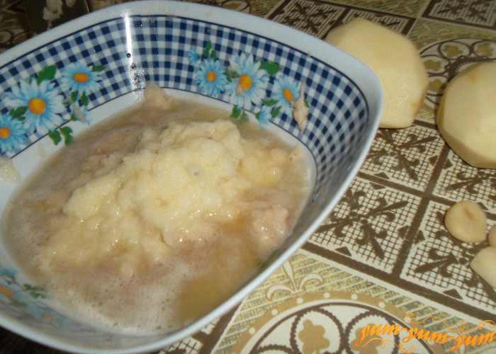 Натираем на терке картофель и чеснок