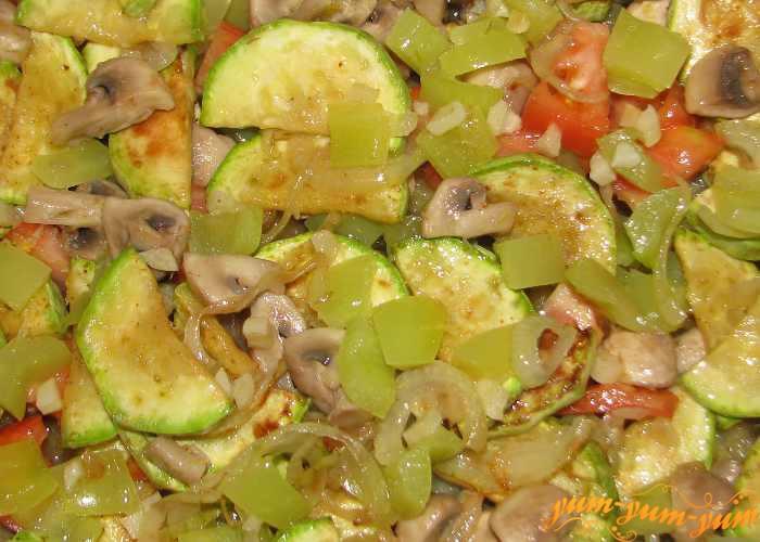 Овощи для пирога из картофельного теста обжариваем