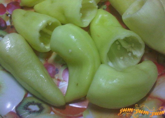 Перец чистим от семян и плодоножки