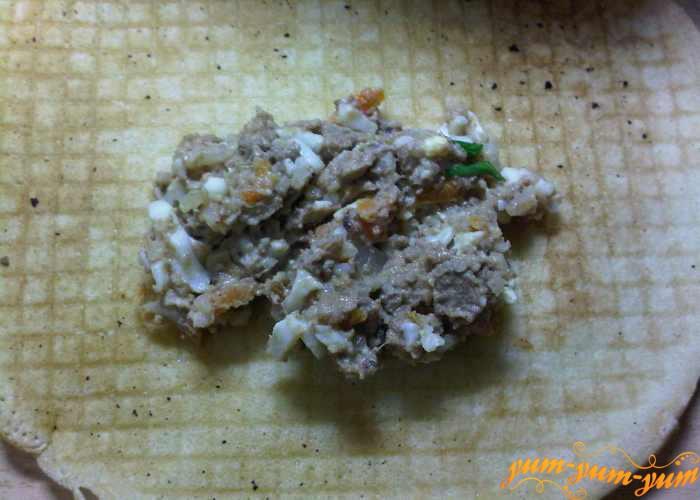 Перемешаем начинку для блинов из печени