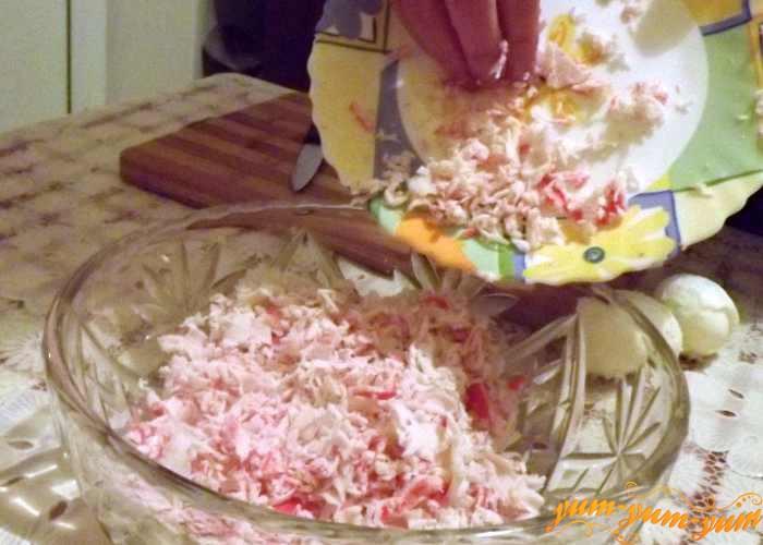 Подготовленные продукты перекладываем в салатник
