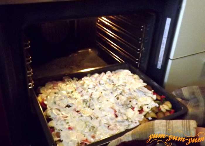 Противень с куриным филе с помидорами и перцем ставим в духовку