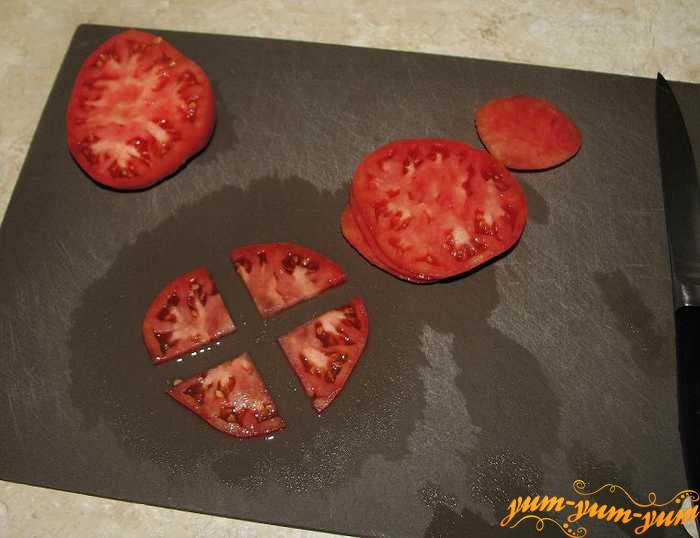 Разрезаем помидоры на части