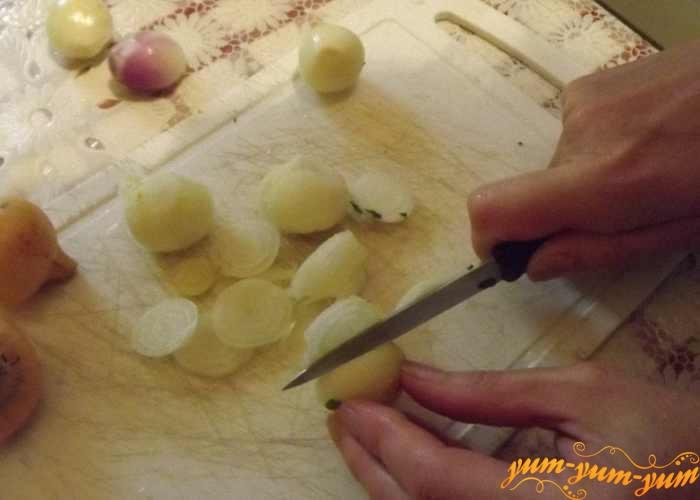 Репчатый лук для запекания с филе и овощами режем кольцами