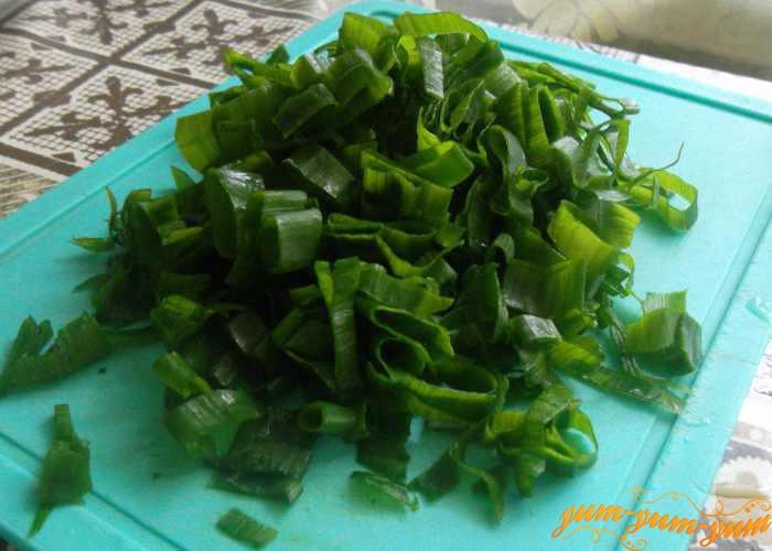 Режем мелко свежую зелень для супа