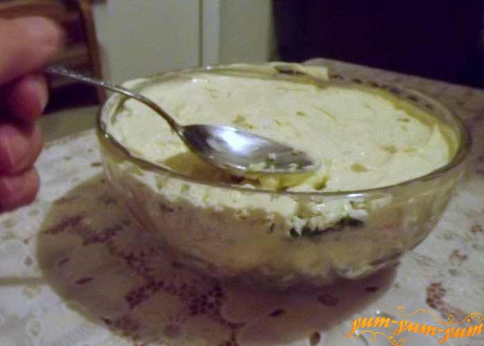Ровным слоем выкладываем в салат майонез