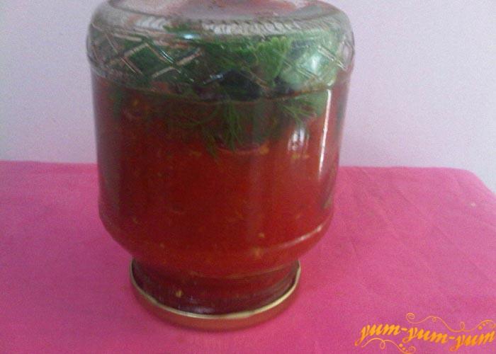 Сразу банки с помидорами и томатным соком закрываем и переворачиваем