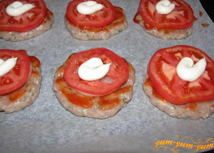 Сверху лука выкладываем помидоры и майонез
