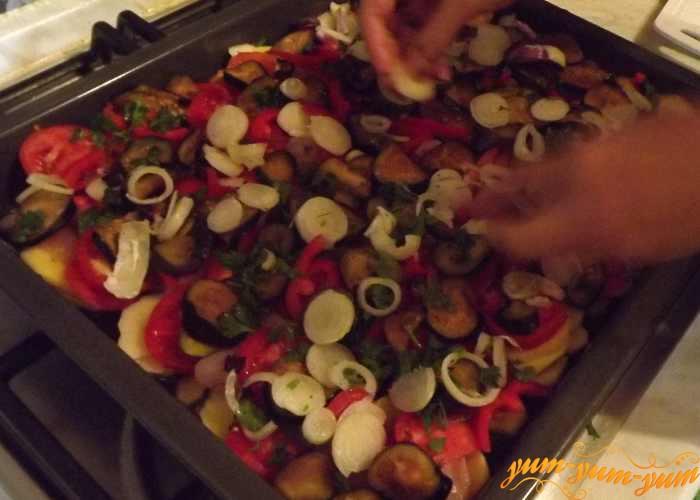 Сверху овощей выкладываем слой лука