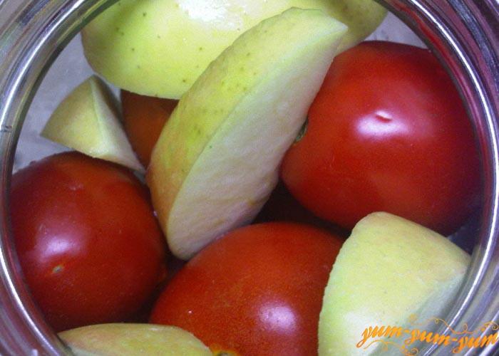 Сверху помидоров выкладываем еще яблоки