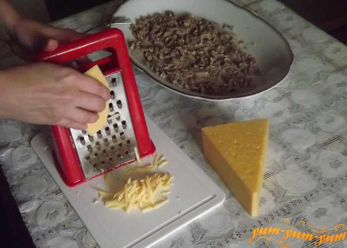 Сыр для салата натираем на крупной терке