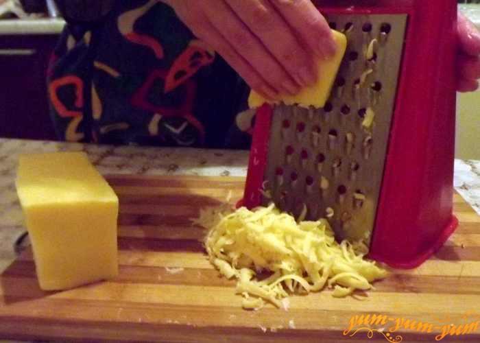 Твердый сыр натираем на терке