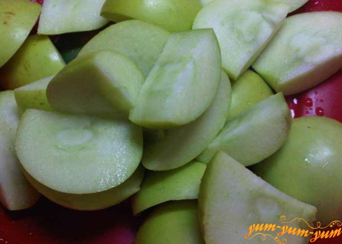 У мытых яблок вырезаем седцевину