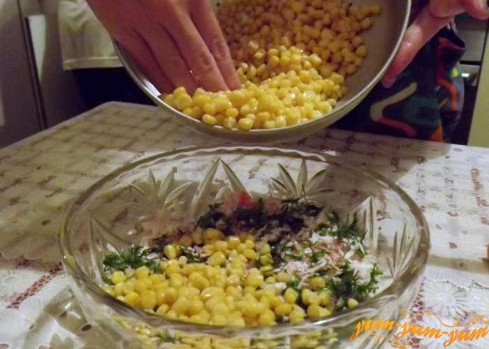 В салат из крабового мяса добавим кукурузу
