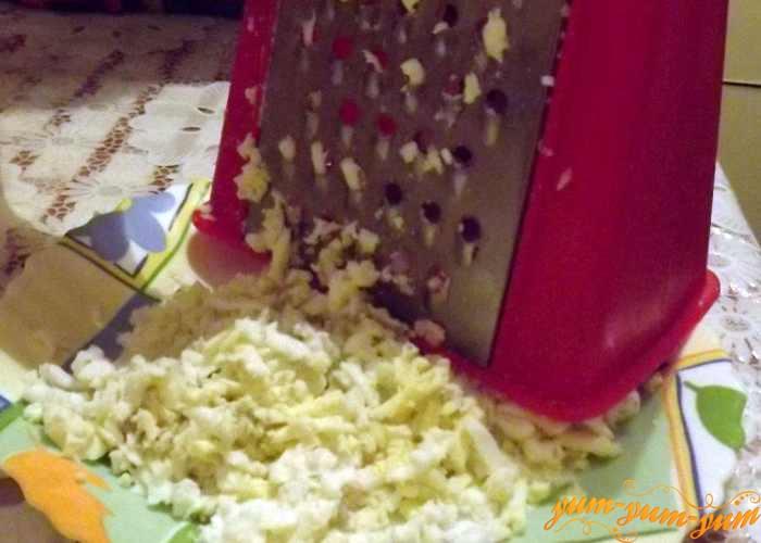 Вареные яйца для салата также натираем на терке