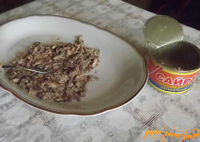 Выкладываем консервированную сайру на блюдо